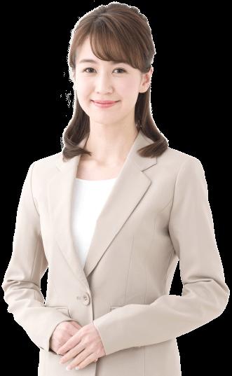 クリーム色のスーツを着た女性
